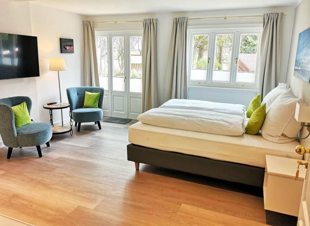 Neue barrierefreie Gartensuite mit Kettentisch von Wohnkonzept auf Sylt