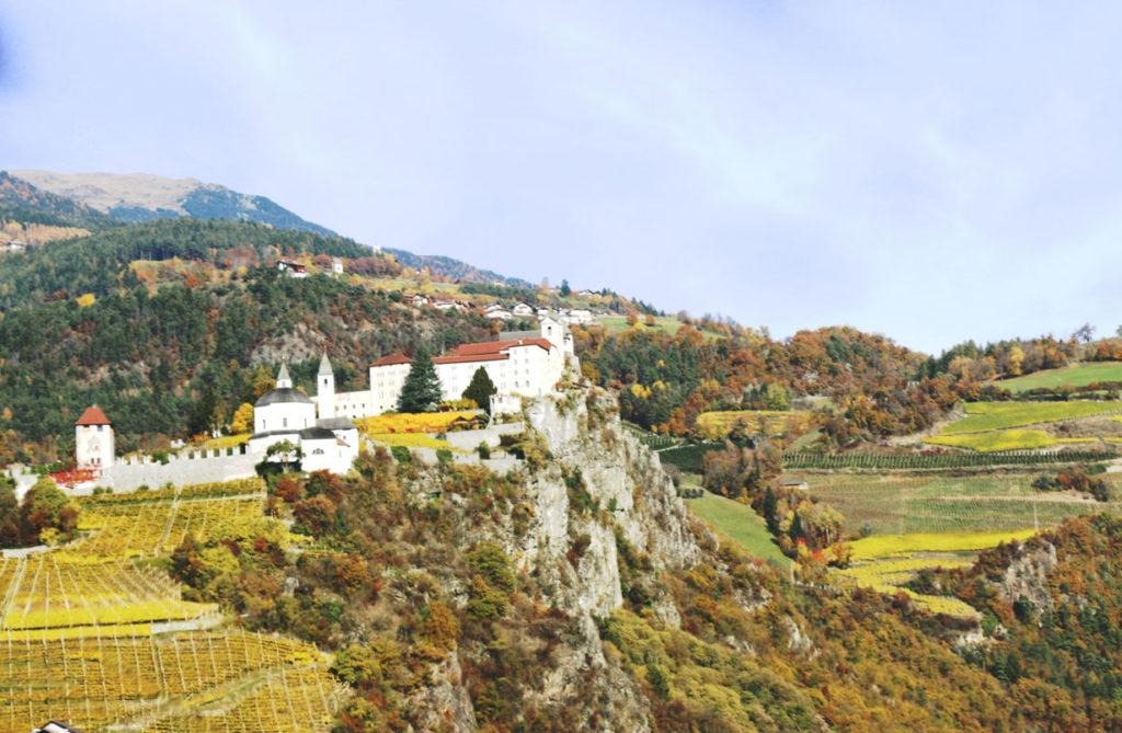 Kloster Säben mit Rebhängen im Eisacktal