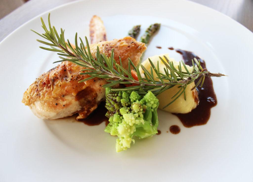 Perlhuhn mit gebratenem Spargel, Karotte, Romanesco und Kartoffelstampf auf Rosmarinsauce